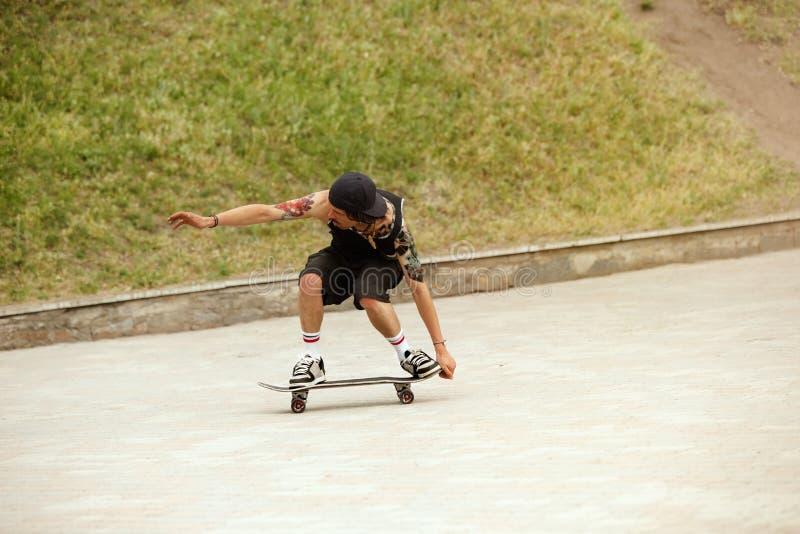 Skater que faz um truque na rua da cidade cloudly no dia foto de stock royalty free