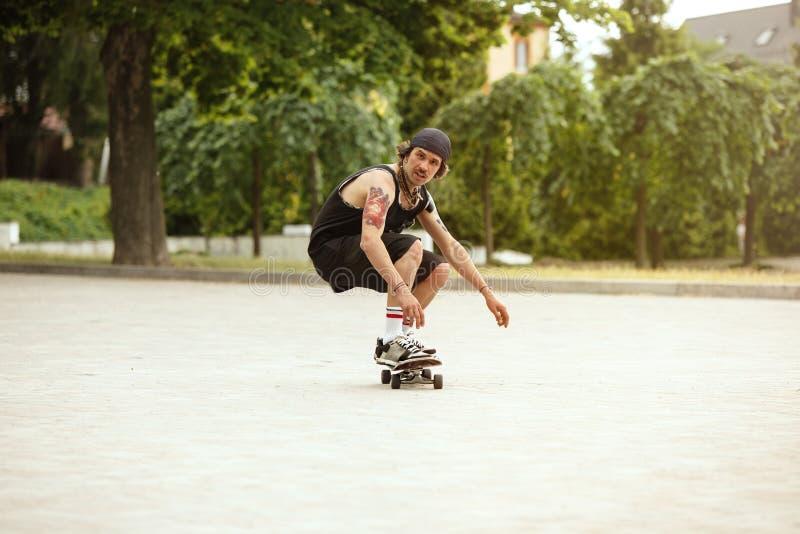 Skater que faz um truque na rua da cidade cloudly no dia fotografia de stock royalty free
