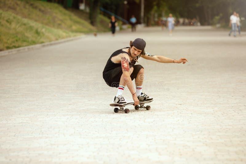 Skater que faz um truque na rua da cidade cloudly no dia fotografia de stock