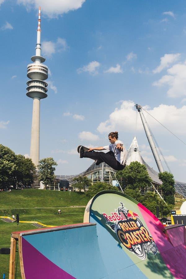 Skater que faz um truque no parque olímpico em Munich imagem de stock