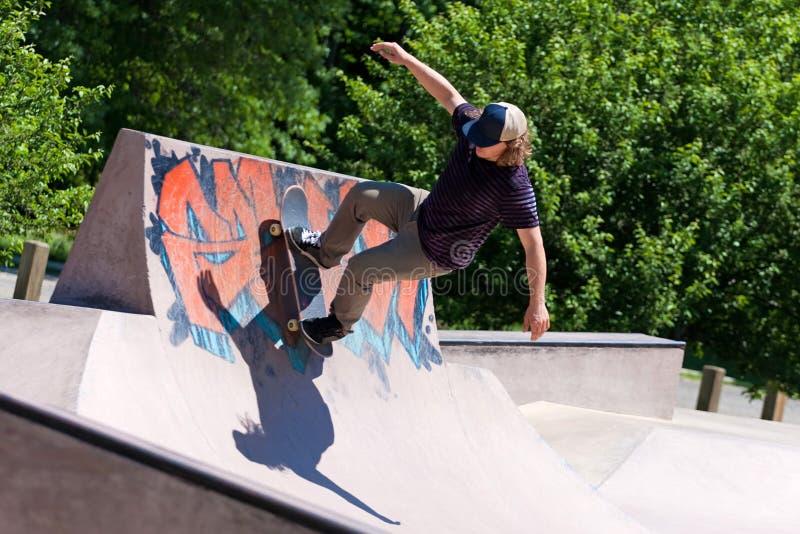 Skater que monta uma rampa do patim imagem de stock royalty free