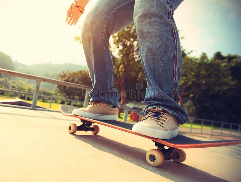 skater que skateboarding na cidade imagem de stock royalty free
