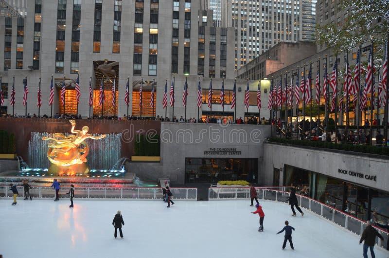 Skateres de gelo do centro de Rockefeller foto de stock
