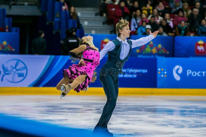 Skateres novos dos pares na arena esportiva do gelo imagens de stock