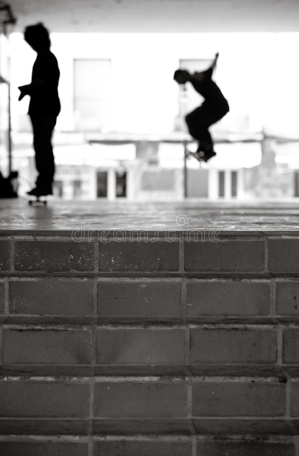 Skateres urbanos en blanco y negro imagen de archivo libre de regalías