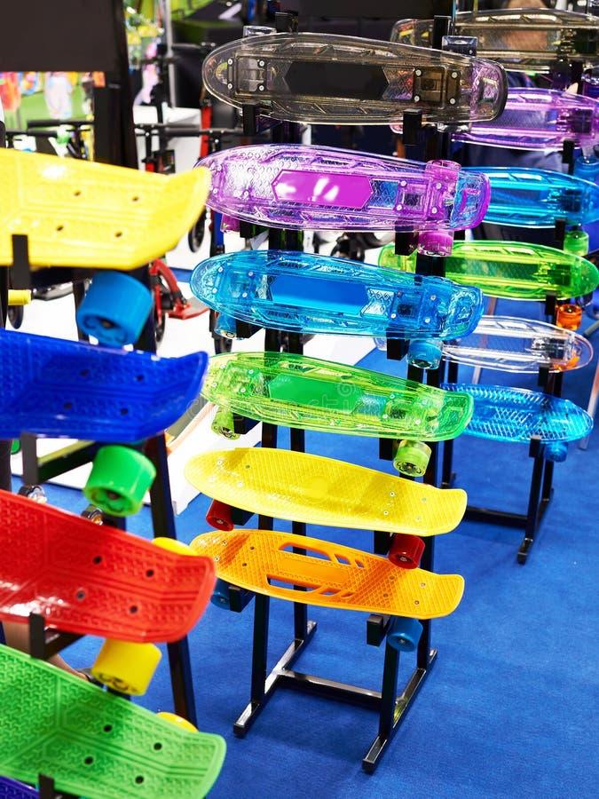 Skates plásticos pequenos na loja de brinquedos imagens de stock