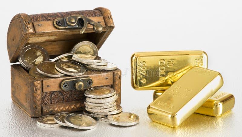 Skattbröstkorg med guld- stänger och euromynt arkivfoto