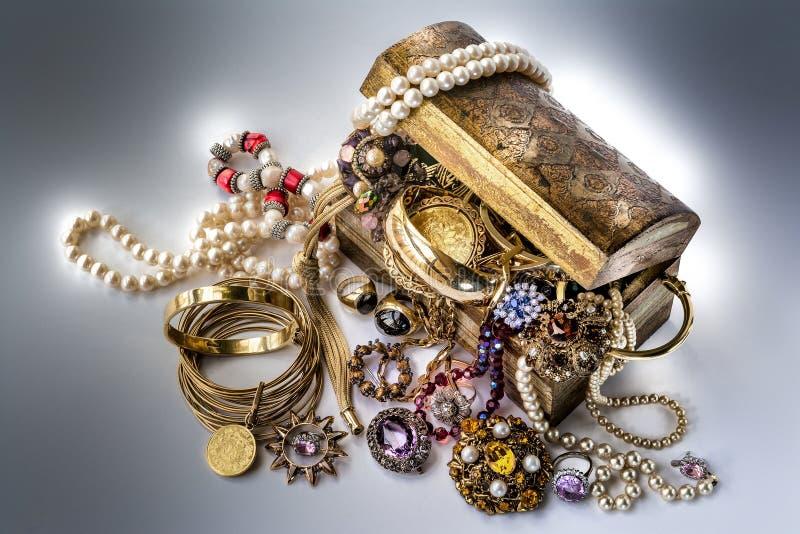 Skattbröstkorg med smycken stock illustrationer