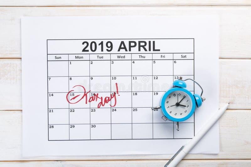 Skattdagbegrepp - räknemaskin, kalender, skattform arkivfoton