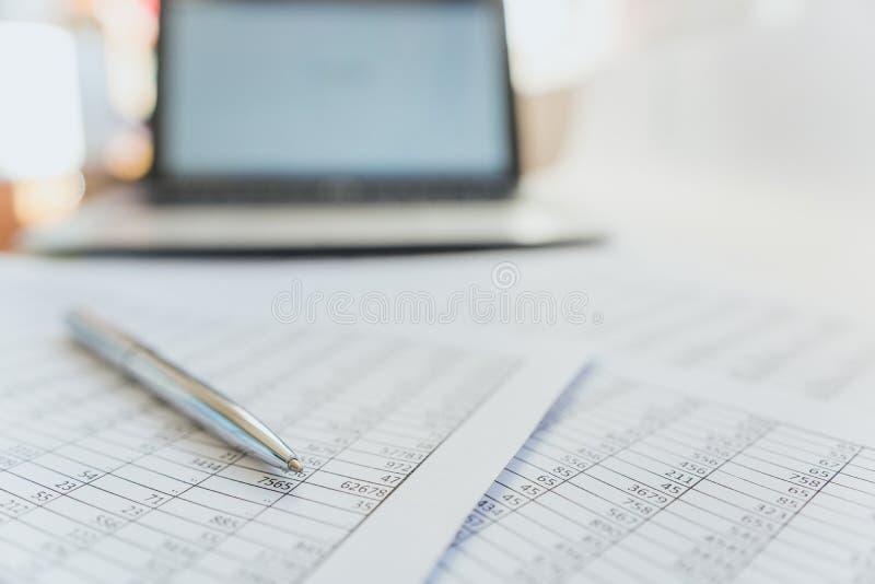 Skatter och redovisning Summarisk tabell Penna och anteckningsbok p? legitimationshandlingar med ber?kningar fotografering för bildbyråer