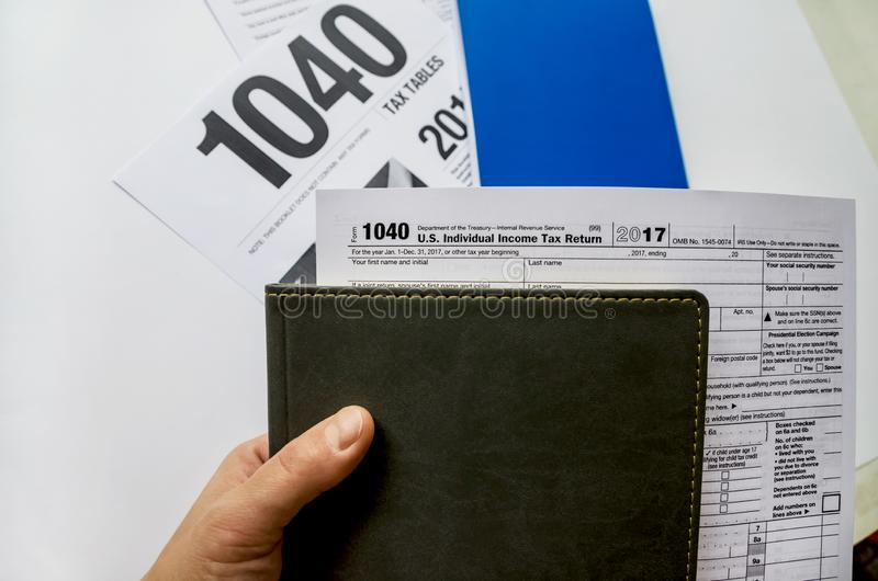 Skattform och notepad på en vit bakgrund arkivbilder