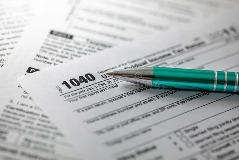 skattform 1040 och penna arkivbild