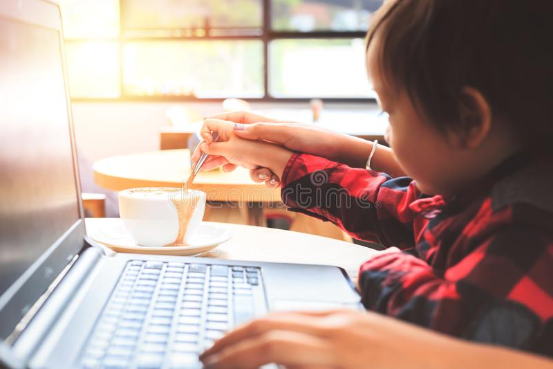 Sked för barnbrukskaffe En kopp kaffe är på tabellen i coffee shop royaltyfria foton
