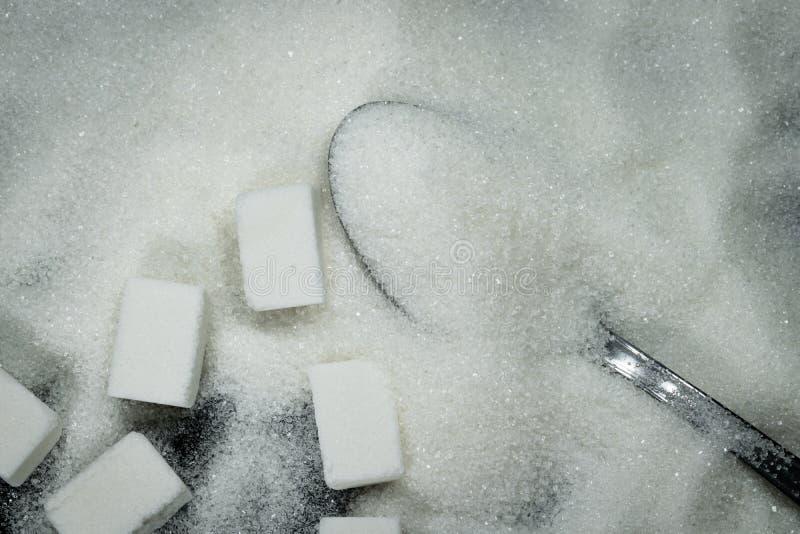 Sked i en hög av socker och sockerkuber beside royaltyfria bilder