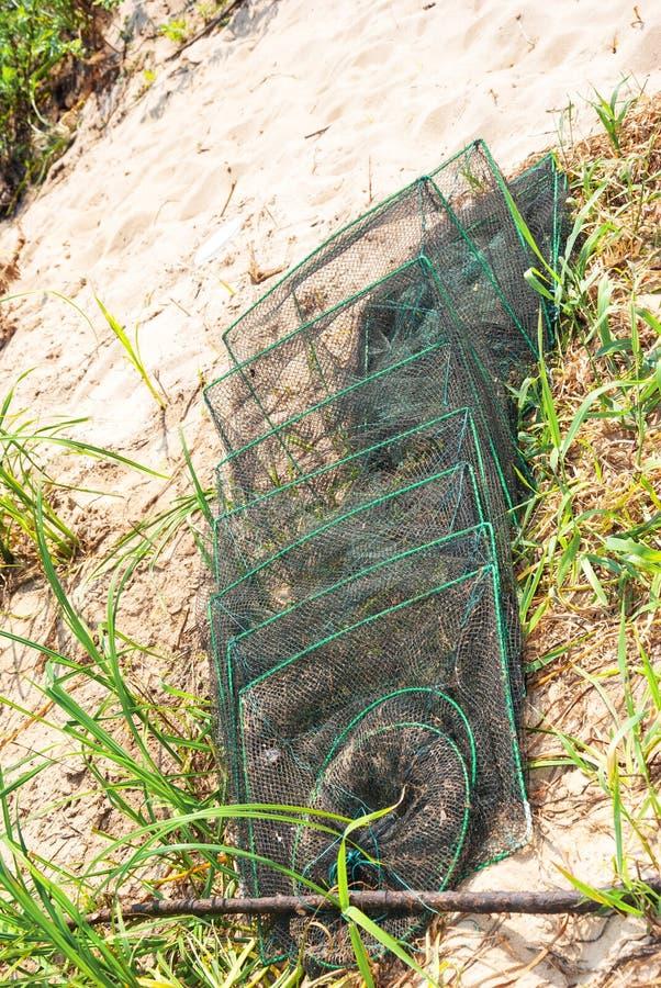 Skeda fisknät på ett gräs i sommaren fotografering för bildbyråer