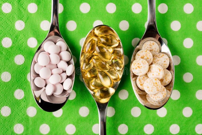 Skedar mycket av vitaminer royaltyfri bild