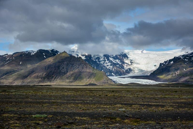 Skeidararsandur с взглядом к леднику и горам Vatnajokull стоковое изображение
