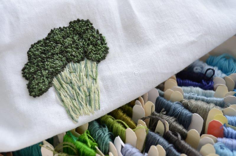 Skeins av färgrika trådar i kalla färger för broderi och att sy, broccolibroderi arkivfoton