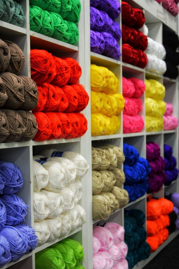 Skeins de lã de Colorfull fotos de stock royalty free