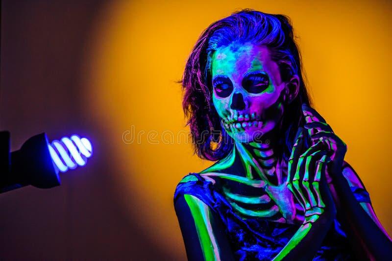 Skelet bodyart met blacklight stock afbeeldingen