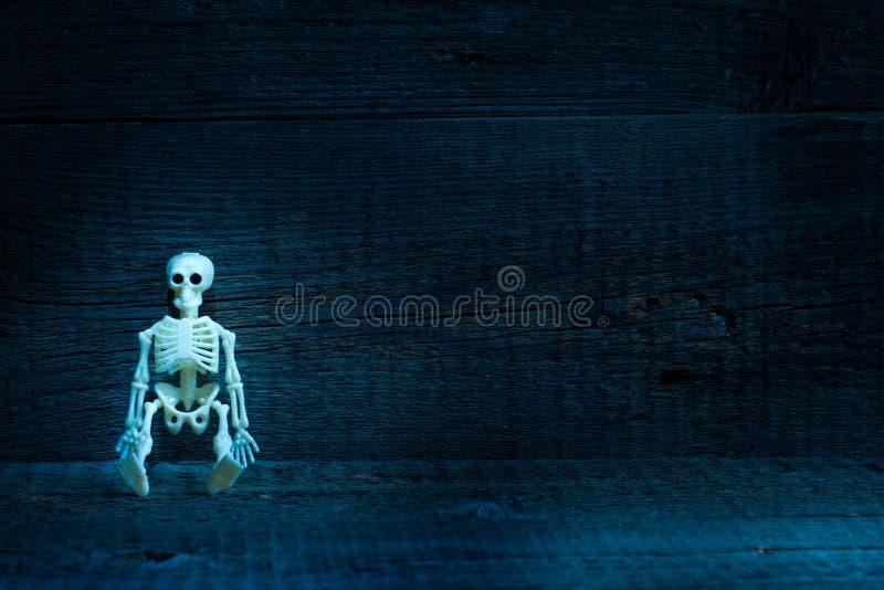 Skelet in doodskist op enge achtergrond van begraafplaats de abstracte Halloween stock afbeeldingen