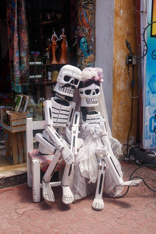Skelet in liefde - Playa del Carmenstraat, Mexico stock foto