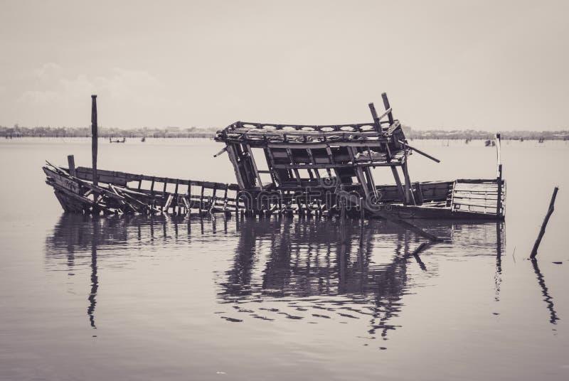 Skelet van de gedaalde boot in een meer stock afbeelding
