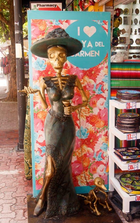 Skeletdame met haar hond - Playa del Carmenstraat, Mexico stock afbeelding