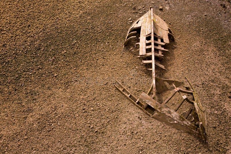 Skeleton Hälfte der Bootslieferung begraben im Sand stockfotos