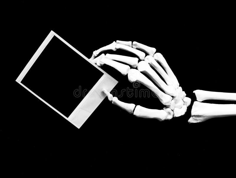 Skeleton Hand mit Bild stockfotos