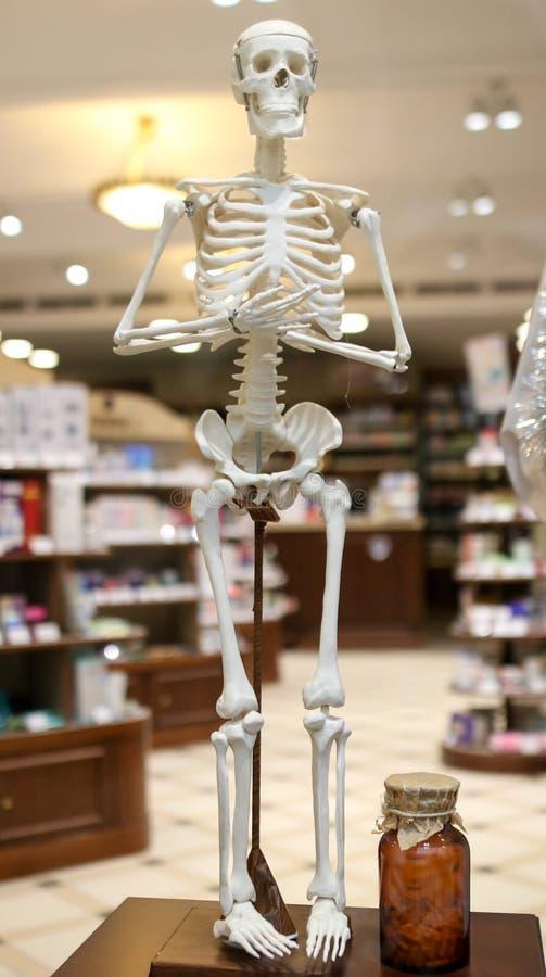 Skelett auf dem Geschäftsfenster stockfoto