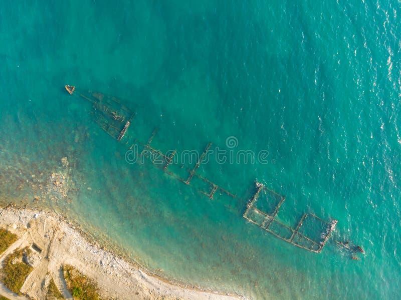 Skelett av ett förstört sjögående skepp nära kusten arkivbilder