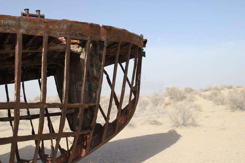 Skelett av ett rostigt fartyg på det Aral havet royaltyfri bild