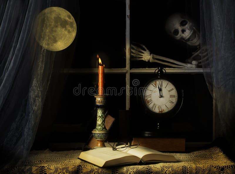 Skelett, das auf Fenster-Scheibe klopft stockbild