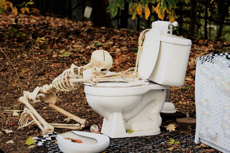 Skelett, das ein raues Halloween hat stockfoto