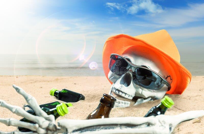 Skelett einer gefeierten Person starb an zu viel Alkohol am Strand stockbilder
