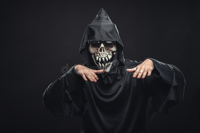 Skelett in einer schwarzen Robe mit dem Glastanzen lizenzfreies stockbild