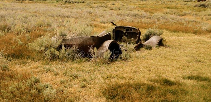 Skelett eines Autos bei Bodie National Park lizenzfreies stockbild