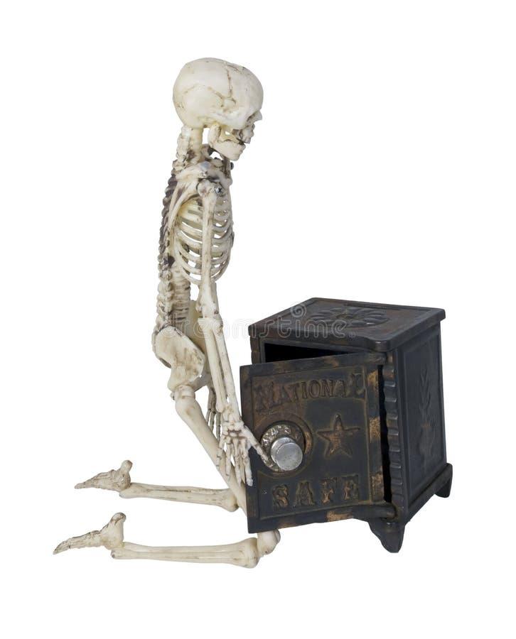 Skelett med ett kassaskåp royaltyfri foto