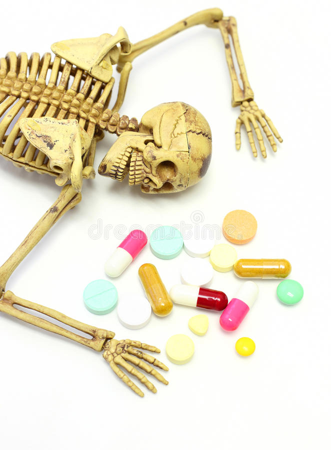 Skelett mit Droge auf weißem Hintergrund stockbilder