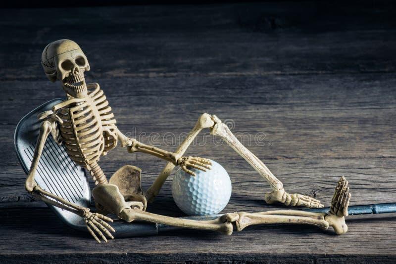 Skelett mit Golf lizenzfreies stockbild