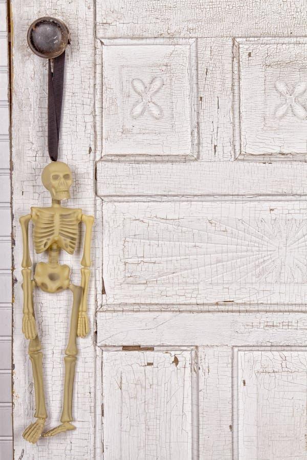 Download Skelett Som Hänger Från En Dörrknopp Fotografering för Bildbyråer - Bild av kvalitets, vitt: 27275781
