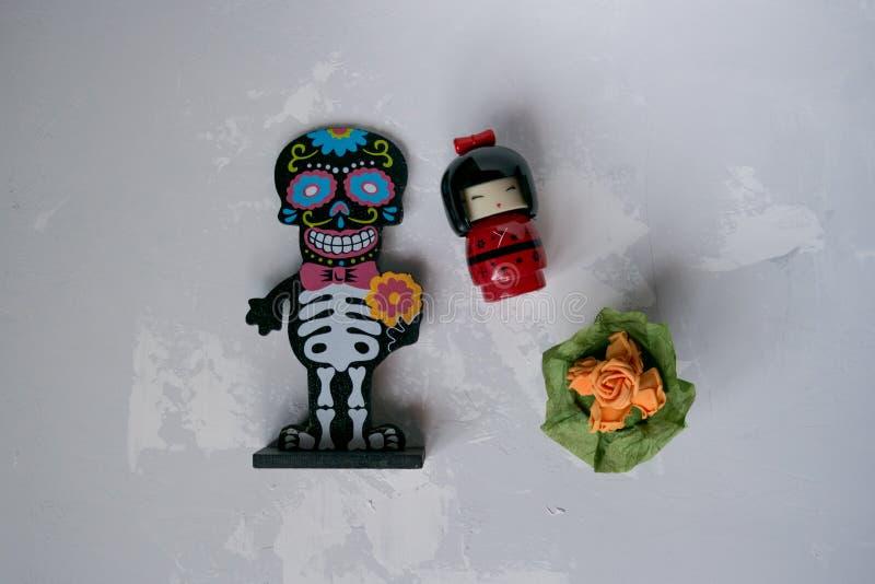 Skelett- statyett med blommor royaltyfria bilder