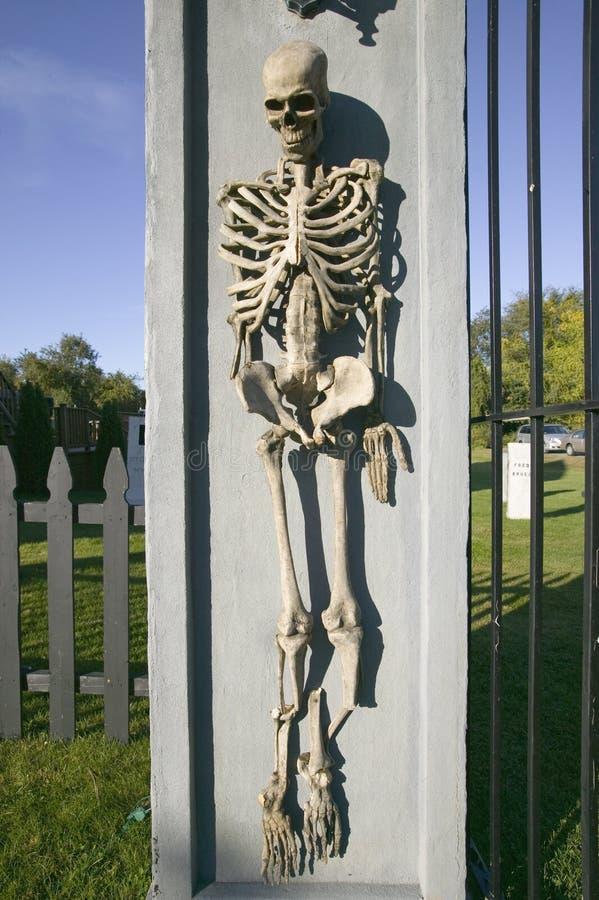 Skelett wird vor Haus für Halloween in Newport, Rhode Island angezeigt stockfoto