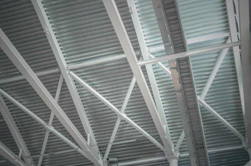 Skelettet för stålstrukturen med korrugerat - stiga ombord proflinite av taket royaltyfri bild