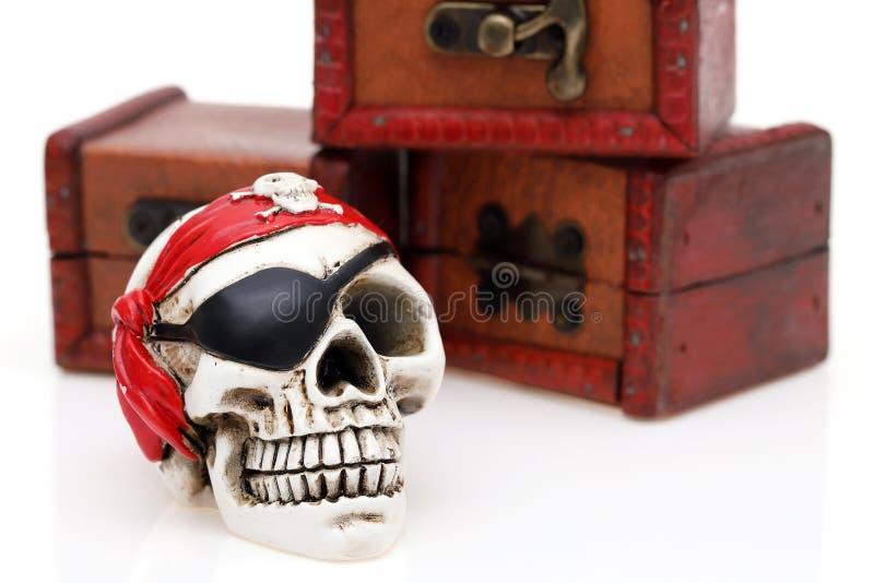 Skelettet piratkopierar med skattbröstkorgen royaltyfri fotografi