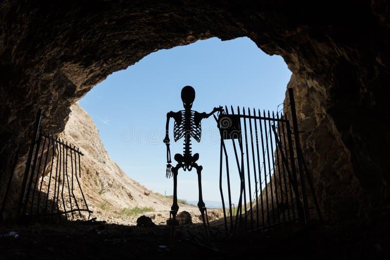 Skelettschattenbild im Mund eines mit einem Gatter versehenen Aufenthalts des Bergwerkaufenthalts heraus lebendig lizenzfreie stockbilder