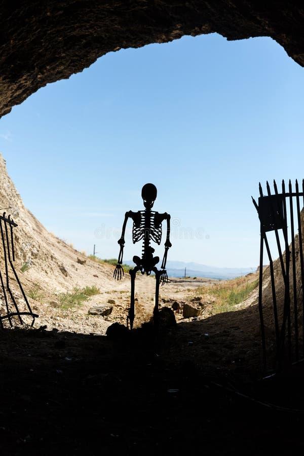 Skelettschattenbild im Mund eines mit einem Gatter versehenen Aufenthalts des Bergwerkaufenthalts heraus lebendig lizenzfreies stockfoto