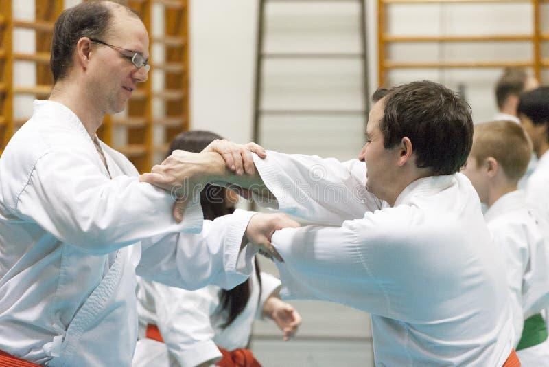 Skelleftea, Svezia - 7 febbraio 2011 Pratica di karatè di Shotokan con Sensei, Robin Nyholm e Tero Nyholm Tecniche dell'autodifes immagini stock