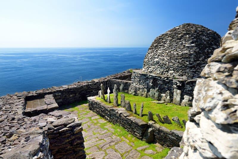 Skellig Michael o grande Skellig, casa al resti rovinato di un monastero cristiano Abitato in da varietà di uccelli marini Unesco fotografia stock